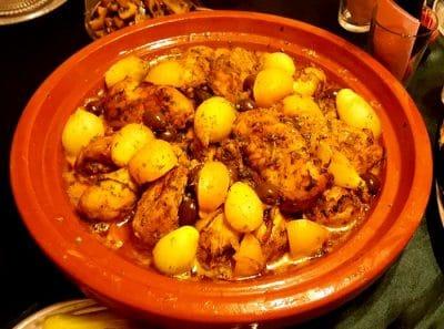 Tajine berbère de poulet  aux oignons entiers